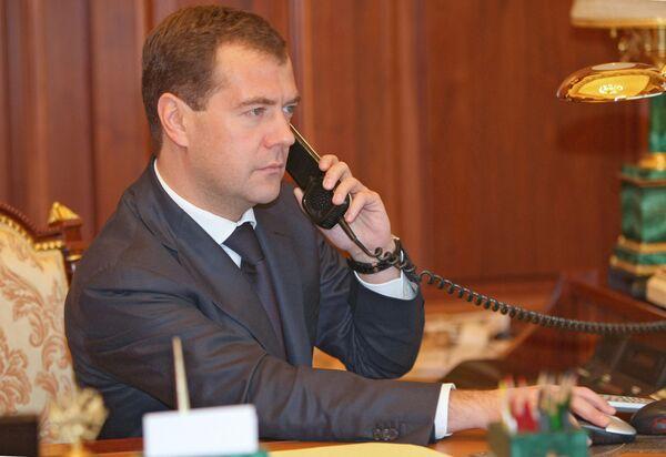 Президент России Дмитрий Медведев во время телефонного разговора. Архив.