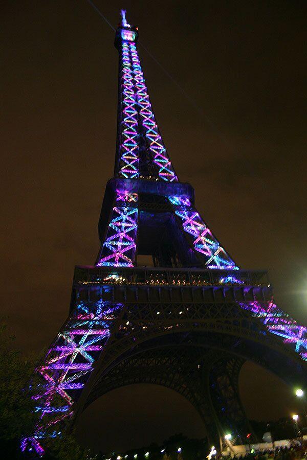 Огни Эйфелевой башни погасли в Париже в честь дня борьбы со СПИДом