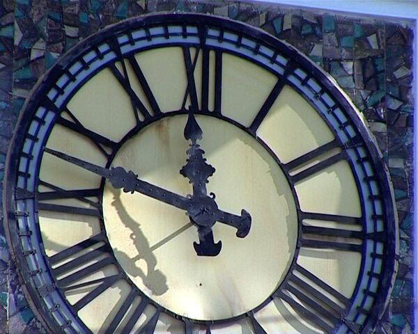 Москвичи реже сверяют часы в справочной при переходе на зимнее время