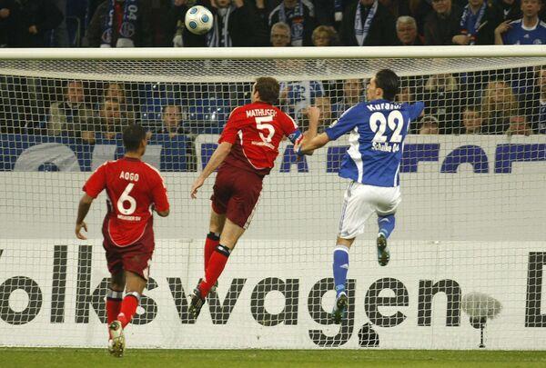 Нападающий Шальке Кевин Кураньи (в синем) забивает гол в ворота Гамбурга