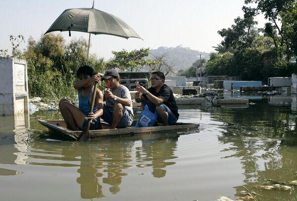 Около 100 человек погибли во время тайфуна во Вьетнаме