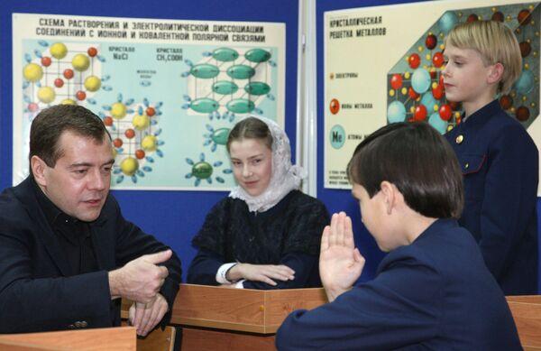 Президент РФ Дмитрий Медведев посетил епархиальную школу-пансион Михайло-Архангельского православного комплекса