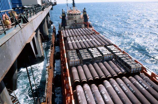 Баржа c секциями труб для строительства трубопровода в Балтийском море