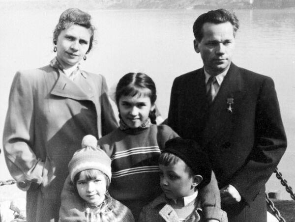 Советский конструктор Михаил Калашников с женой и детьми