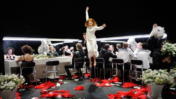 13 сентября в ЦИМе будет вручен Мейерхольдовский приз Оскаросу Коршуновасу, после чего состоится его мастер-класс и дискуссия. На фотографии - сцена из его постановки Гамлет.