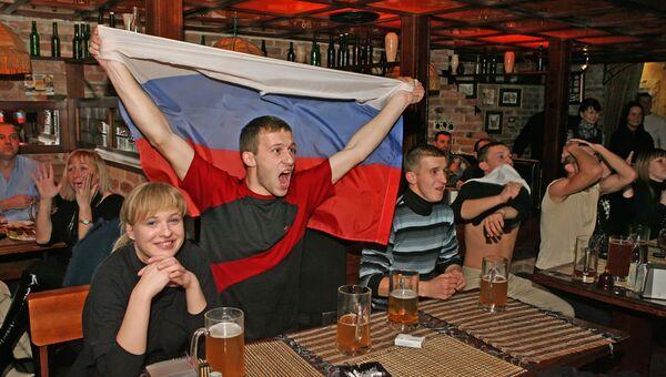 Футбольные болельщики в одном из баров Калининграда