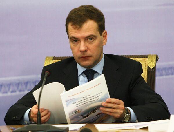 Медведев поручил выяснить обстоятельства ЧП на железной дороге