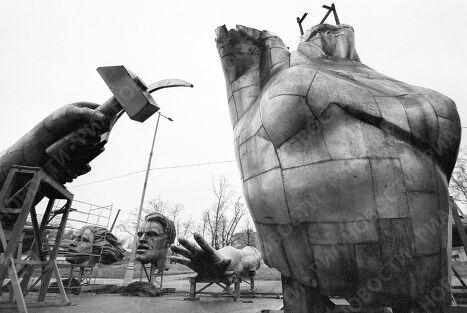 Демонтаж скульптуры Рабочий и колхозница
