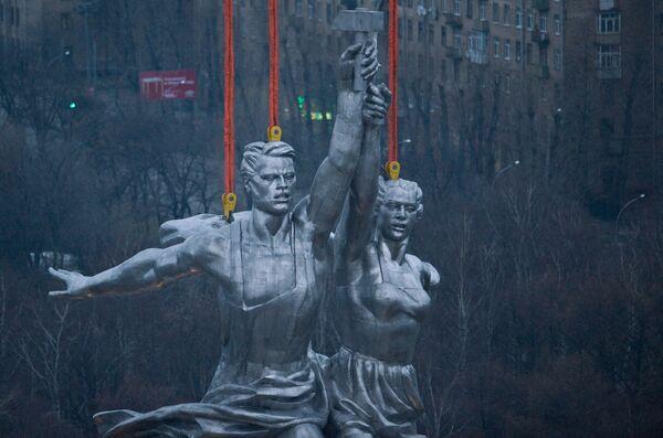 История с монументом Веры Мухиной «Рабочий и колхозница» еще при жизни скульптора стала превращаться одновременно и в легенду, и в анекдот.