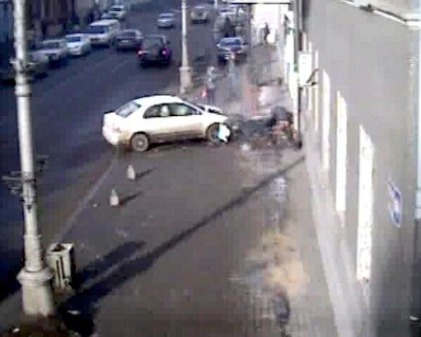 Иномарка на скорости сбила  двух сестер. Видео камер слежения