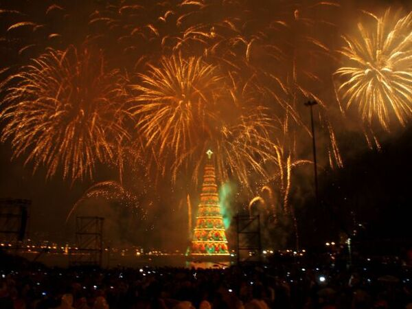 Самая большая в мире плавучая рождественская елка зажгла огни в Рио
