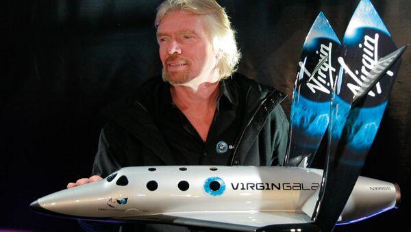 Ричард Бренсон с моделью первого ракетоплана SpaceShipTwo, предназначенного для космического туризма. Архив