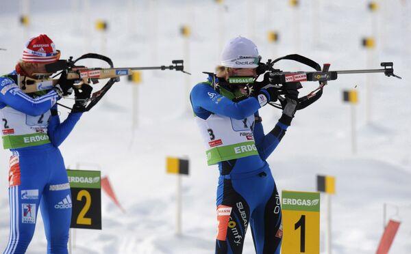 Российская биатлонистка Ольга Зайцева (слева)