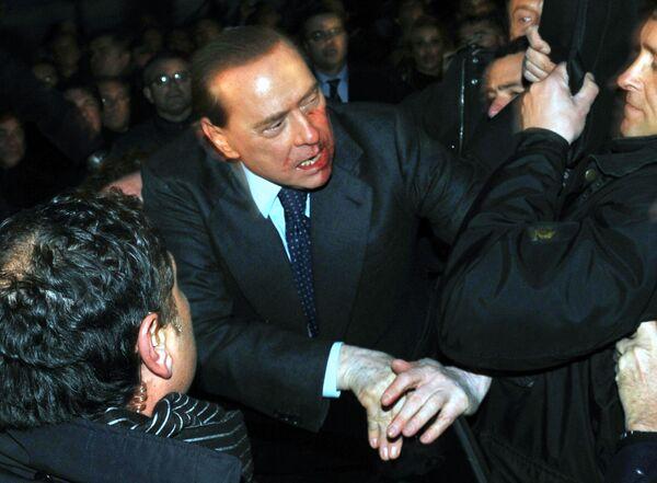 Неизвестный совершил нападение на Сильвио Берлускони в Милане