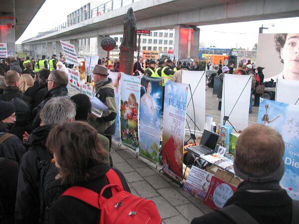Толпа у входа в Белла-центр, где проходит конференция Рамочной конвенции ООН по изменению климата