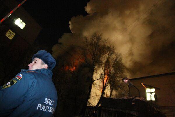 Тушение крупного пожара в жилом доме старой постройки в центре Москвы в районе Чистопрудного бульвара.