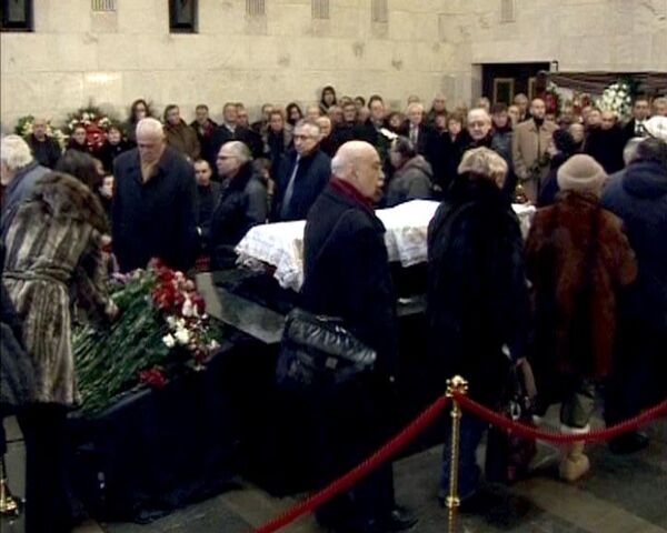 Тысячи людей разных поколений пришли проститься с Егором Гайдаром