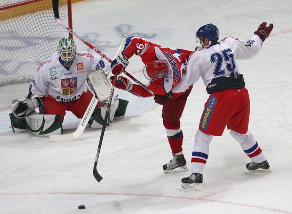 Игроки (слева направо): голкипер Марек Шварц (Чехия), Олег Сапрыкин (Россия) и Ярослав Беднарж (Чехия)