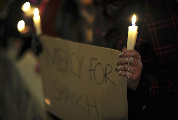 Лозунги, помещенный сторонниками гражданина Великобритании Акмаля Шейха за контрабанду наркотиков.