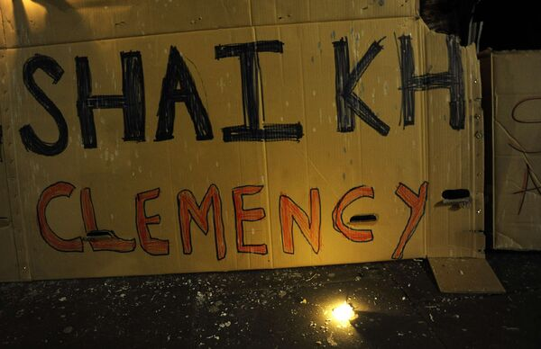 Лозунги, помещенные сторонниками гражданина Великобритании Акмаля Шейха за контрабанду наркотиков.