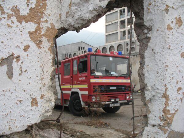 Поиски пропавших людей под завалами здания, обрушившегося в Тбилиси
