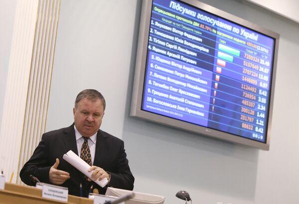 Председатель ЦИК Владимир Шаповал во время подсчета голосов первого тура выборов президента Украины