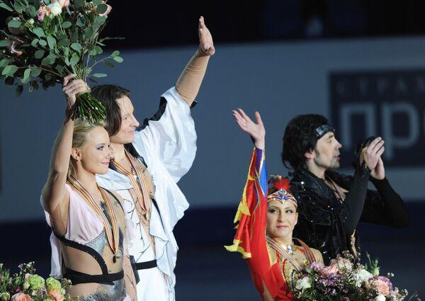 Оксана Домнина и Максим Шабалин (слева), Яна Хохлова и Сергей Новицкий (справа)
