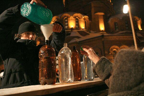 Разливание святой воды в Крещенскую ночь. Архив РИА Новости