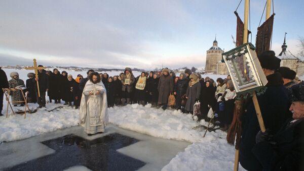 Отец Алексий, священник храма Преподобного Сергия Радонежского во время освящения воды в проруби Сиверского озера