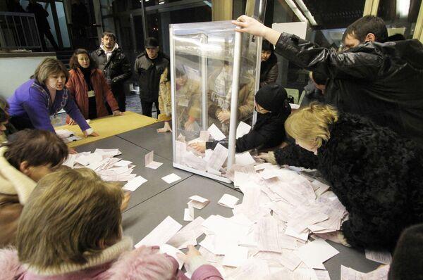 Подсчет голосов на одном из избирательных участков города Киева