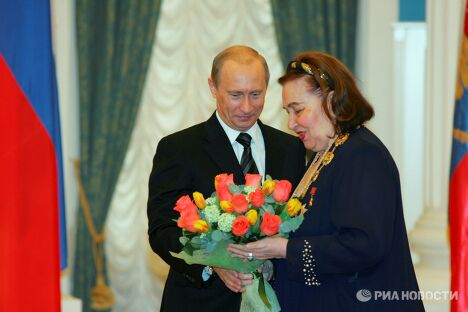 В.Путин во время вручения И.Архиповой Ордена Святого Апостола Андрея Первозванного