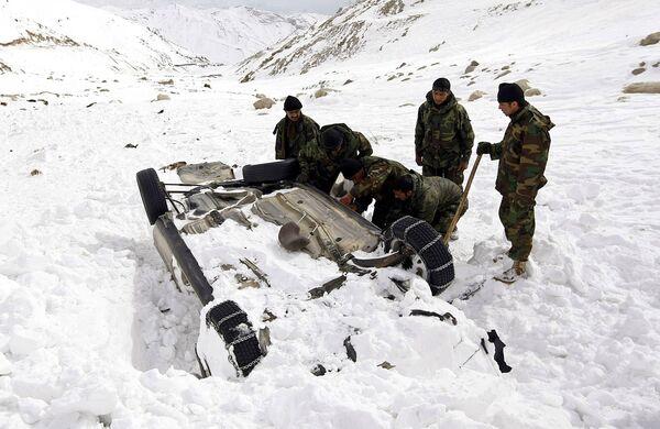 Снежная лавина завалила перевал Саланг