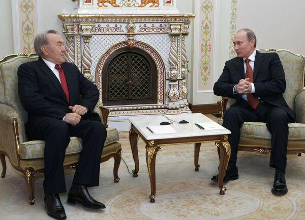 Премьер-министр РФ В.Путин и президент Казахстана Нурсултан Назарбаев. Архив