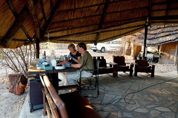 Стивен Шустер и Ванесса Хэйс завершают исследование генома африканских бушменов в Намибии