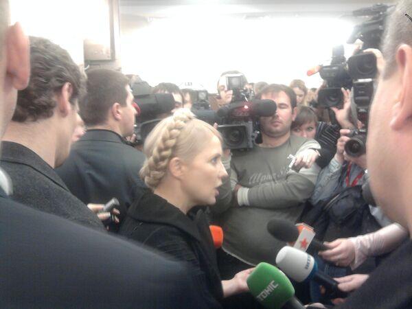 Тимошенко отвечает на вопросы журналистов в зале суда, где рассматривается ее иск
