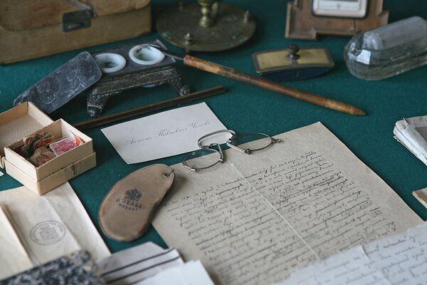 На рабочем столе в кабинете А.П. Чехова