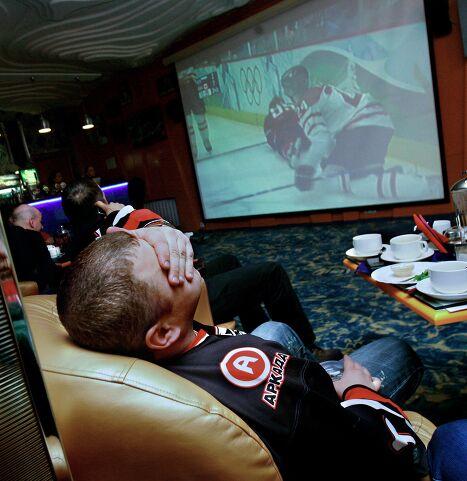 Трансляция хоккейного матча Россия-Канада в спортбаре во Владивостоке