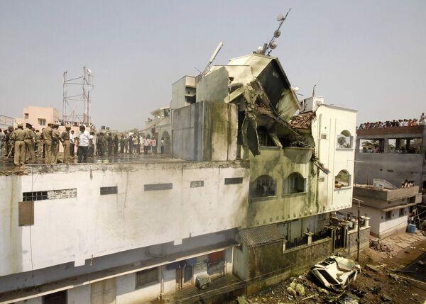 Самолет индийских ВМС упал на жилой квартал во время авиашоу