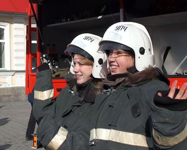 Поздравление от пожарных: женщины почувствовали себя в их шкуре