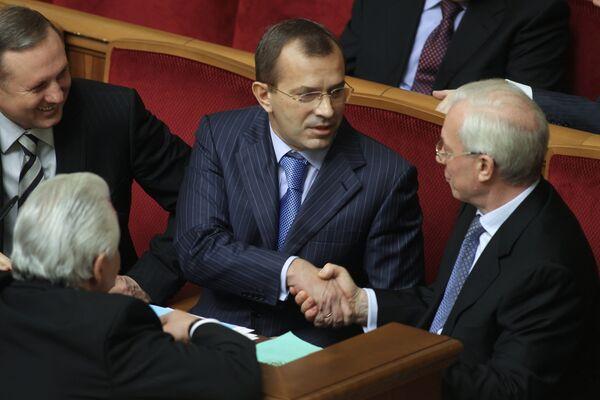 Первый вице-премьер правительства Украины Сергей Клюев и глава правительства Николай Азаров. Архив