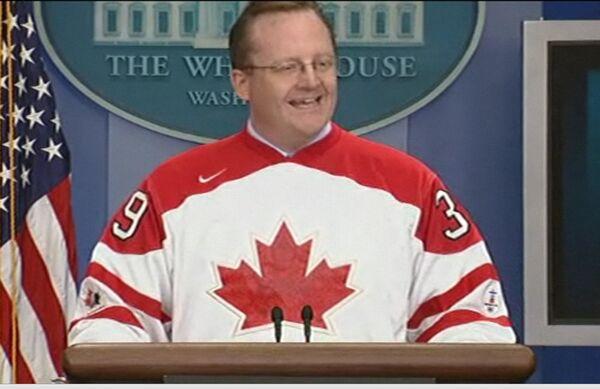 Пресс-секретарь Обамы провел брифинг в канадском хоккейном свитере