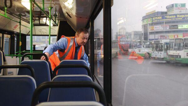 Осмотр салона автобуса. Архив