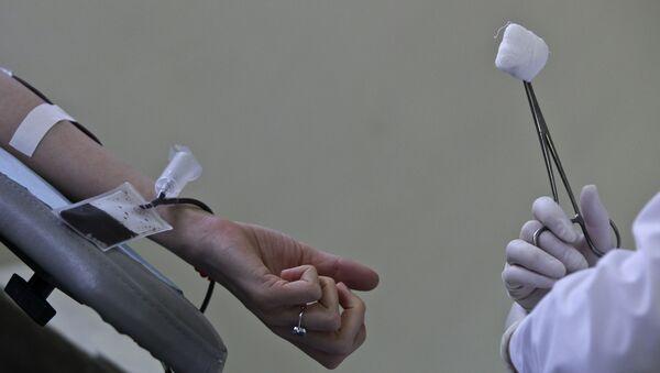 Сдача крови на одном из пунктов приема крови в Москве. Архив