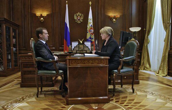 Президент РФ Д.Медведев и бывщий председатель Совета при президенте РФ по правам человека Элла Памфилова. Архив