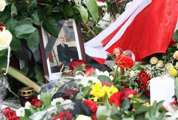 Портрет Леха Качиньского в цветах возле президентского дворца в Варшаве