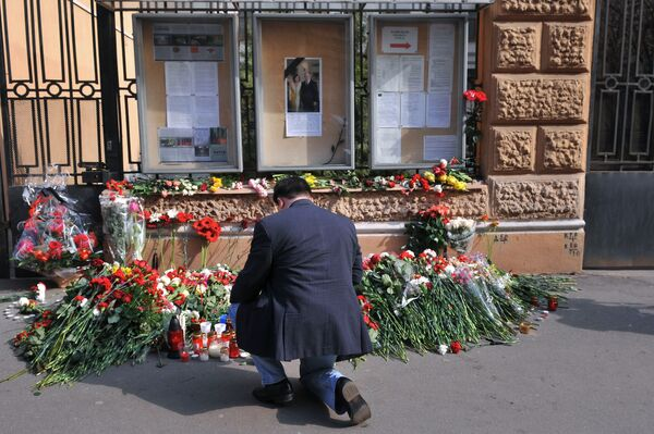 Соболезнования россиян у посольства Польши в Санкт-Петербурге. Архив