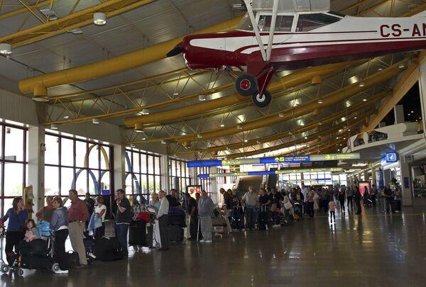 Пассажиры в аэропорту Фару в Португалии