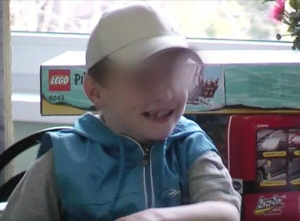 Семилетний мальчик Артем, который вернулся в Россию в связи с отказом от него приемной матери из США