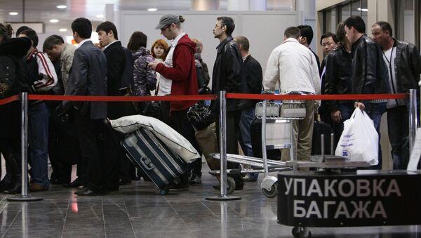 Пассажиры в аэропорту Шереметьево, архивное фото