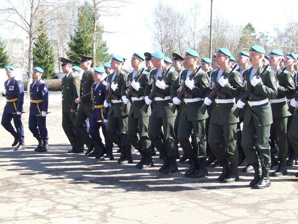 Смотр перед отправлением российских десантников в Киев для участия в параде в честь Дня Победы